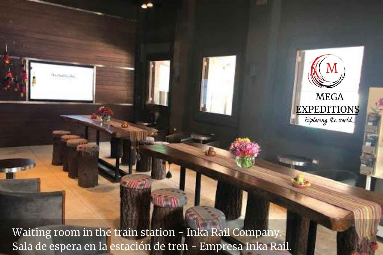 Waiting room in the train station - Inka Rail Company. Sala de espera en la estación de tren - Empresa Inka Rail.